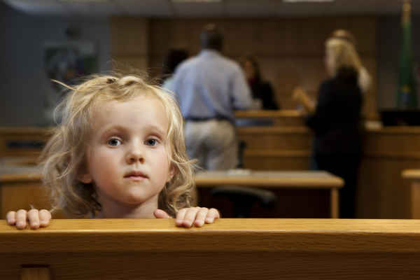 Хотят разрешить регистрировать ребёнка в квартире с согласия одного родителя