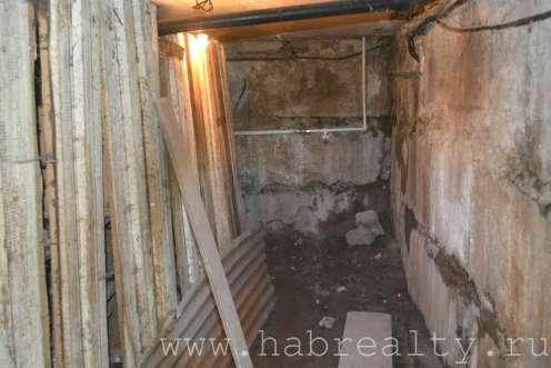 мусор подвал многоквартирного дома с торца