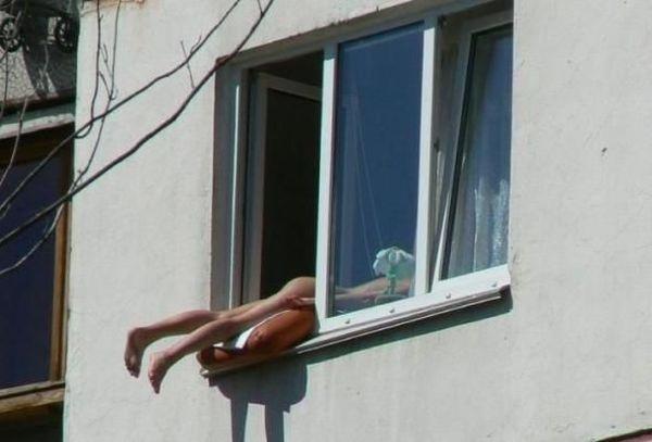 загорает окно квартиры смешно ноги